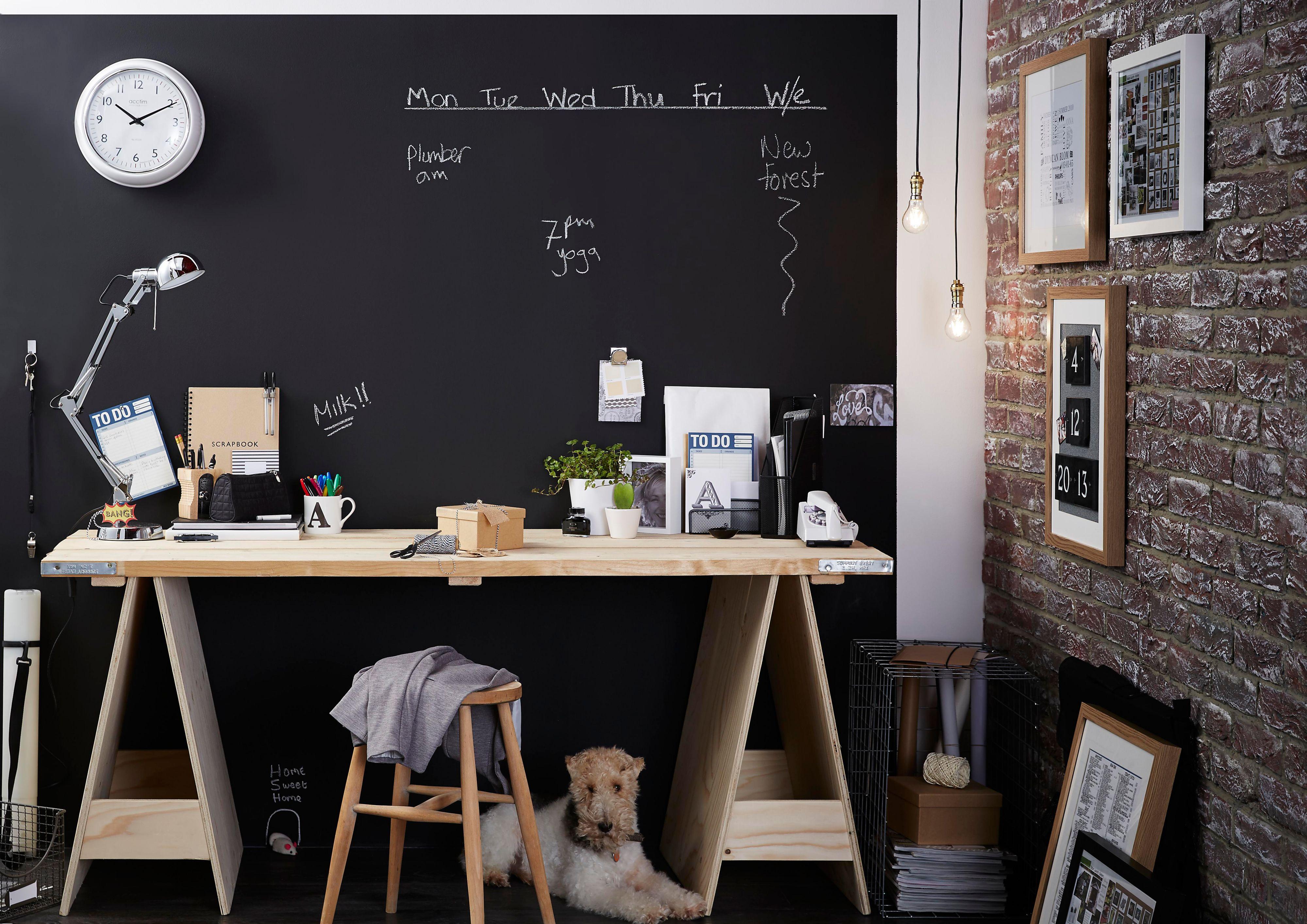 vopsea-cu-efect-de-tabla-de-scris-perete-birou