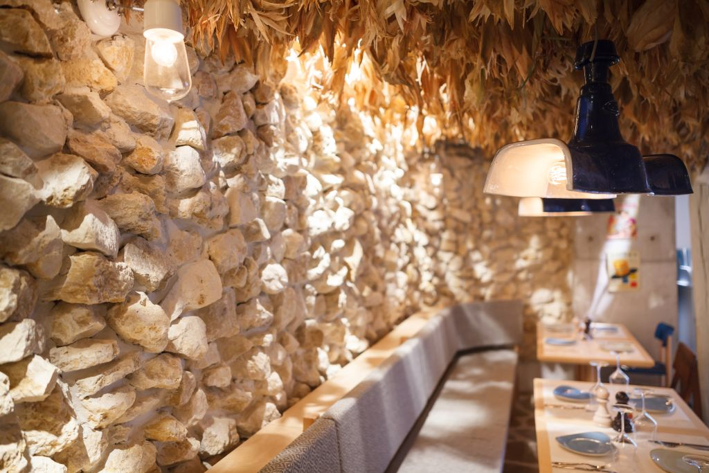 restaurant grecesc perete placat cu piatra