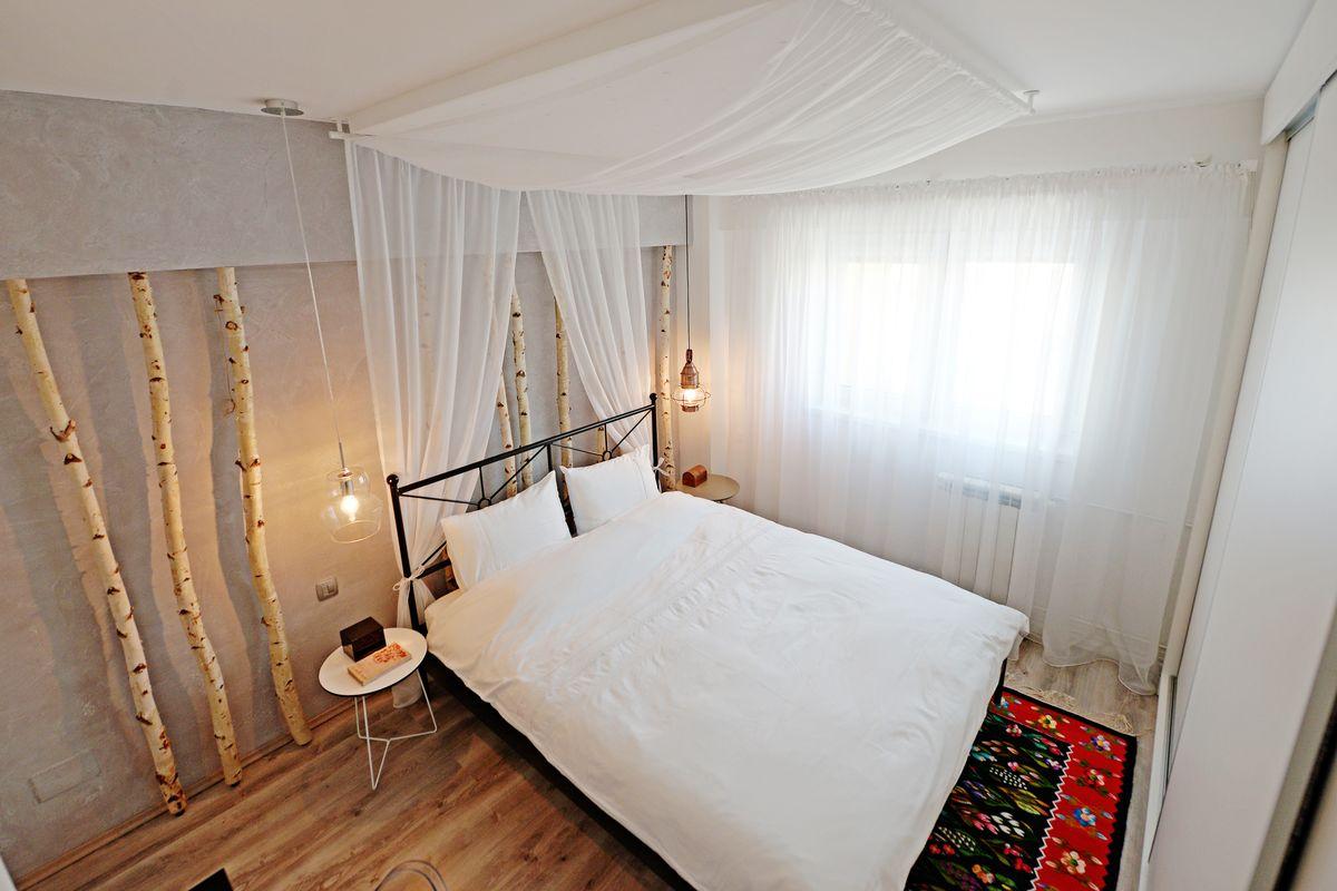 dormitor-cu-trunchiuri-de-mesteceni