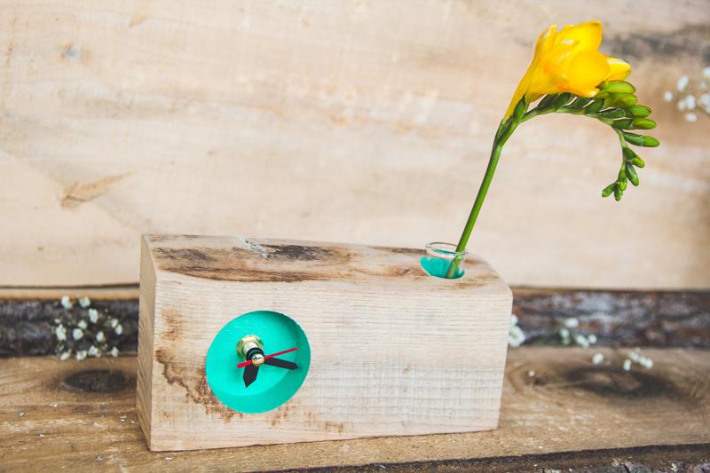 ceasuri din lemn cu suport de flori