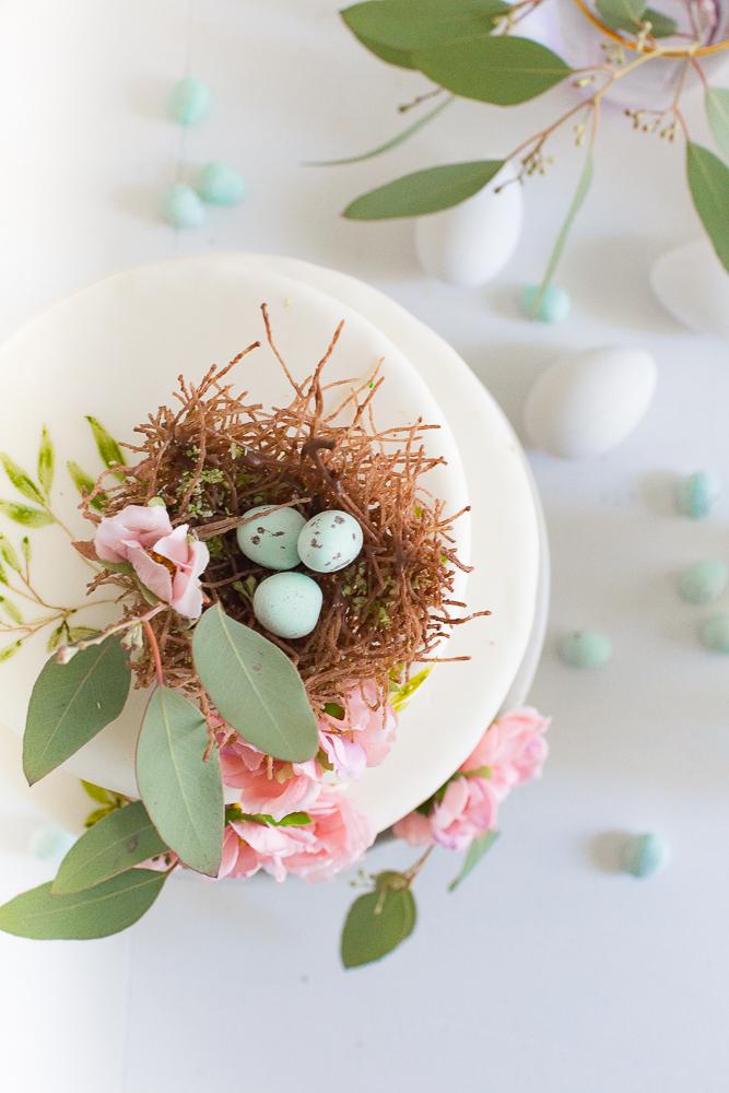 decorațiuni pentru Paște - cuib cu ouă colorate