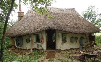 Casa ecologica pe care un profesor pensionar a construit-o cu doar 800 de lei